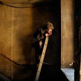 Chloé. Elève comédienne. Un escalier du Vieux Lyon. Personnage perché en quête de décor : des traboules pour coulisses, des escaliers Renaissance pour cage de scène.