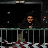 Florent. Photographe en dehors des heures de bureau. Vit et travaille à Lyon depuis un bail. Salle de concert désaffectée, Vénissieux. Place aux amoureux de la friche, du rock'n'roll et de la bonne distance.