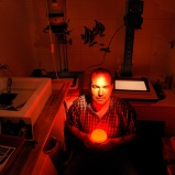 Denis. Ingénieur, photographe amateur. Appartement à Villeurbanne. Heureux comme un poisson d'argent dans son nouveau labo.