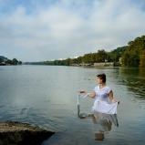 Amélie. Ascendant clown. Dans la Saône, Île Barbe. Ça ne se fait pas donc ça se fera : jouer les dames du lac jusqu'au grand plouf, façon de taquiner Lyon à ses limites.