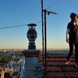 Marie. Photographe « lifestyle ». Pentes de la Croix-Rousse. Sur ce toit, c'était la fête des voisins tous les soirs... On voit bien le coucher de soleil sur Fourvière, là ?