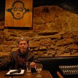 Arnaud. Animateur radio. Bar Le Trokson, pentes de la Croix-Rousse. Buzz putôt que chut. Tout le secret du live est là.