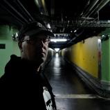 Damien. Photographe curieux. Sous-sols du HEH. Lieu emblématique de ses innocents lutinages photographiques, là où fermente la vitesse moderne.