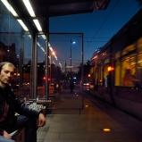 Sandro. Amateur de scènes de rue. Arrêt de tram, quartier Montchat. Reconnaissance : le bien nommé affût d'où shooter les silhouettes anonymes à l'heure où la ville migre par rafales lumineuses.