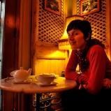 Christine. Instigatrice de créativité. Le Petit Grain. Tea-time à Shangai-sur-Rhône, un petit refuge cosy qui fait le grand écart entre les continents, lui aussi.