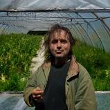 Dominique. Maraîcher résistant. Dans son exploitation, pays de Mornant. Vit sa ferme comme un laboratoire de la biodiversité, raisonné, déraisonnable. Les insectes, au lieu de les atomiser à coups de pesticides, écoutez-les, ils sont avec nous, comme dans la photo.