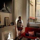Myriam. Gestionnaire. Chez elle, fenêtre sur cour dans le 3e. Entre ses quatre murs à soi, chaque jour un chant fuse sans témoin.