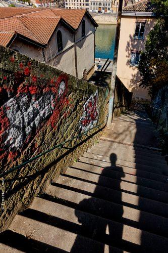 Photo © Ernesto Timor - En rasant les murs